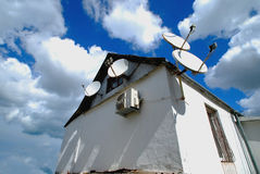Satellitenschüsseln für ein kleines Haus Stockfotos