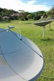 Satellitenschüsseln im Amazonas Lizenzfreie Stockfotos
