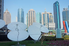 Satellitenschüsseln mit modernen Gebäuden stockfoto