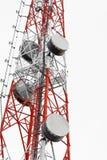 Satellitenschüsseltelekommunikation auf Telekommunikation ragen auf weißen klaren Himmel hoch lizenzfreies stockfoto