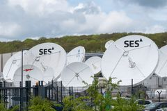 Satellitensch?sseln au?erhalb SES in Luxemburg lizenzfreie stockfotografie