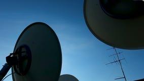 Satelliter på himmelbakgrund som fångar radiovågor som överförs från omlopp av planeten stock video