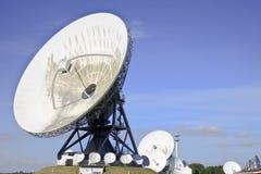 Satellites de télécommunications dans le Frisian Burum, Pays-Bas image stock
