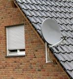 Satellitmaträtt på taket Arkivbild
