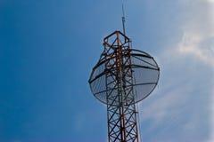 Satellitmaträttantenner med den blåa skyen Arkivfoton