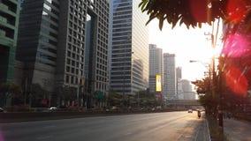 Sathon Tai Road während des Sonnenuntergangs in Bangkok, Thailand Lizenzfreie Stockfotos