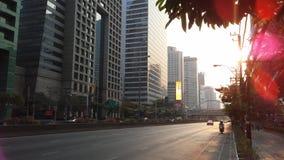 Sathon Tai Road während des Sonnenuntergangs in Bangkok, Thailand Lizenzfreies Stockfoto