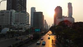Sathon Tai Road während des Sonnenuntergangs in Bangkok, Thailand Lizenzfreies Stockbild
