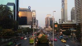 Sathon Tai Road während des Sonnenuntergangs in Bangkok, Thailand Stockfoto