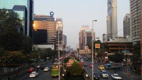 Sathon Tai Road während des Sonnenuntergangs in Bangkok, Thailand Stockbilder