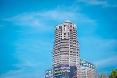 Sathorn独特的塔 在曼谷,泰国放弃大厦 库存照片
