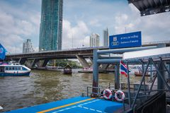 Sathorn pir på anslutningen med BTS Saphan Taksin i Bangkok, Thailand fotografering för bildbyråer
