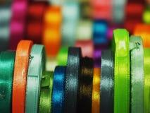 Satijnlint een substraatachtergrond van regenboogkleuren Stock Afbeeldingen