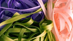 Bündel rosa Bänder purpurrot und grün Stockbild