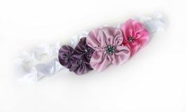 Satinstirnband mit Blumen lizenzfreie stockbilder