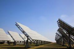 Sation di energia solare che fornisce energia verde Immagini Stock Libere da Diritti