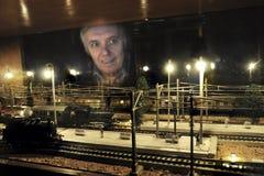 Satisfaction avec le chemin de fer modèle Photographie stock