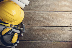 Sats för säkerhetsutrustning och hjälpmedelpå träbakgrund Arkivbild