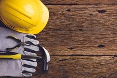 Sats för säkerhetsutrustning och hjälpmedelpå träbakgrund royaltyfri fotografi
