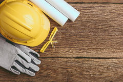 Sats för säkerhetsutrustning och hjälpmedelpå träbakgrund arkivfoto