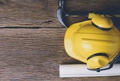 Sats för säkerhetsutrustning och hjälpmedelpå träbakgrund Arkivfoton