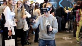 Sats för utveckling för lek för pojkebruksvirtuell verklighet stock video