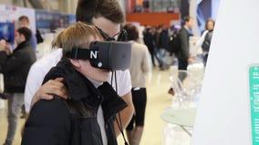 Sats för utveckling för lek för pojkebruksvirtuell verklighet (virtuell verklighetexponeringsglas) stock video