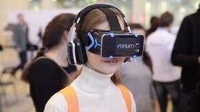 Sats för utveckling för lek för flickabruksvirtuell verklighet, virtuell verklighetexponeringsglas stock video