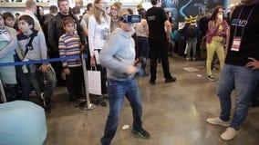 Sats för utveckling för lek för pojkebruksvirtuell verklighet, virtuell verklighetexponeringsglas stock video