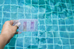 Sats för vattenprovningsprov som doppar i simbassängvatten Arkivfoton