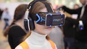 Sats FIBRUM (virtuell verklighetexponeringsglas) för utveckling för lek för pojkebruksvirtuell verklighet stock video