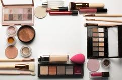 Satsen av ögonskuggapaletter, ögonpigment och makeup borstar på en w Royaltyfri Bild