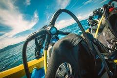 Satsen för dykapparatdykning ställde in på fartyget, ordnar till för dyk arkivfoto