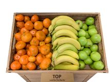 Satsuma πορτοκάλια, μπανάνες και μήλα σε ένα κιβώτιο στοκ εικόνα