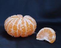 Satsuma-Orange mit einem Segment Lizenzfreie Stockbilder