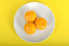 3 Satsumas на плите Стоковое фото RF
