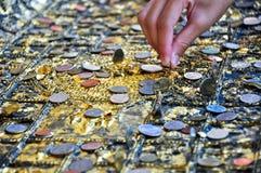 satt fot för buddha coinages ner Arkivbild
