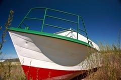 satt på land fartygfiske manitoba nära riverton arkivbilder
