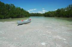 satt på land kanot Arkivfoton