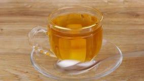 Satt socker i kopp, blandande socker stock video