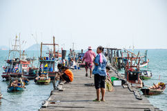 Sattahip Thailand: Fiskebåt på träpir Fotografering för Bildbyråer