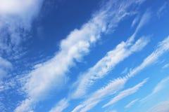 Satte band moln mot blå himmel Royaltyfria Bilder