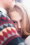Satte den iklädda sweatern för den lyckliga kvinnan hennes huvud på skuldra av mannen Arkivfoto