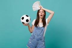 Satte det favorit- laget för chockad kvinnafotbollsfanservice med fotbollbollen, fan av pengar i dollarsedlar, kassapengar, royaltyfria bilder
