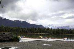 Satte på land kanoter royaltyfri foto