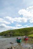 Satte på land kanoter på den avlägsna alaskabo flodbanken arkivfoto