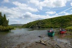Satte på land kanoter på den sceniska alaskabo flodbanken fotografering för bildbyråer