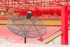 Sattellite naczynie na porcelanowym świątynia dachu Zdjęcia Royalty Free