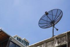 Sattellite-Teller auf dem blauen Himmel Stockfotografie