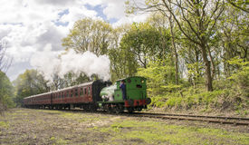 Satteltank-Dampf-Zug-Lokomotive nannte Birkenhead 7386 in Schwarzem u. in weißem bei Elsecar, Barnsley, South Yorkshire, am 1. Ma Lizenzfreie Stockbilder